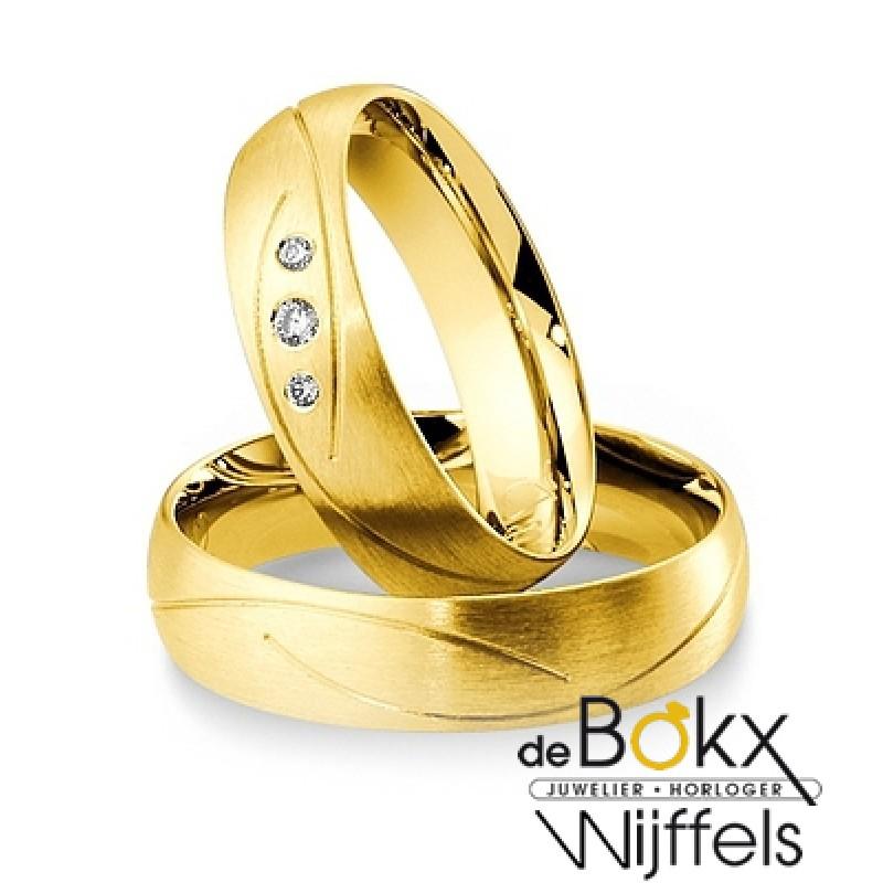 Breuning trouwringen met 3 diamanten in het geel g...
